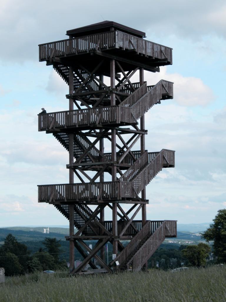 Pohled na věž rozhledny - letní sezona