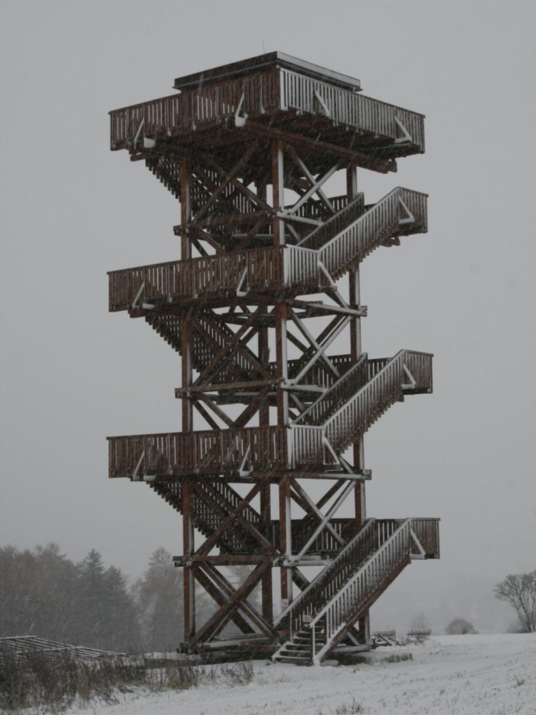 Pohled na věž rozhledny - zimní sezona