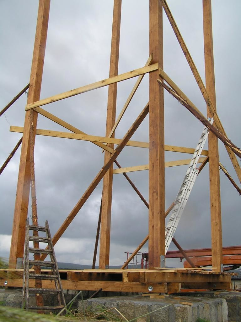 Detail montážního zajištění stojek věže