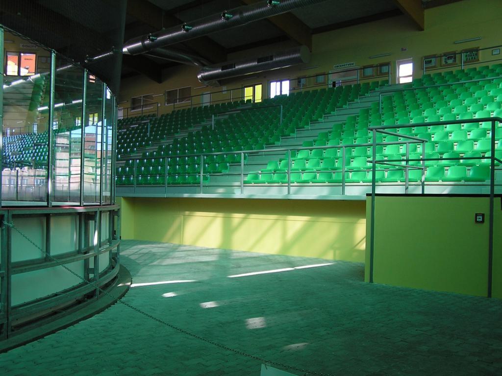 Celkový pohled na tribunu pro diváky