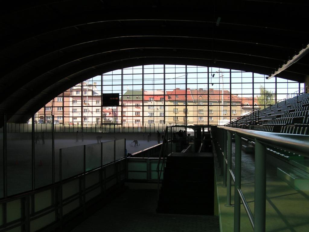 Průhled přes prosklené průčelí haly